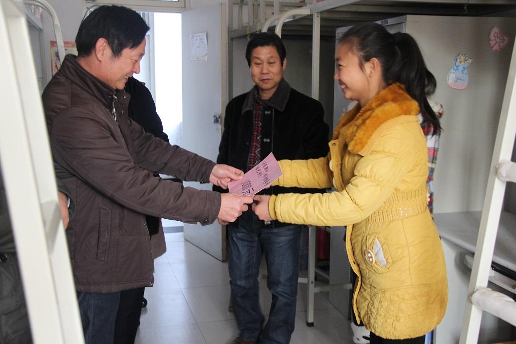 在学生宿舍,张德山与同学们亲切交谈.图片